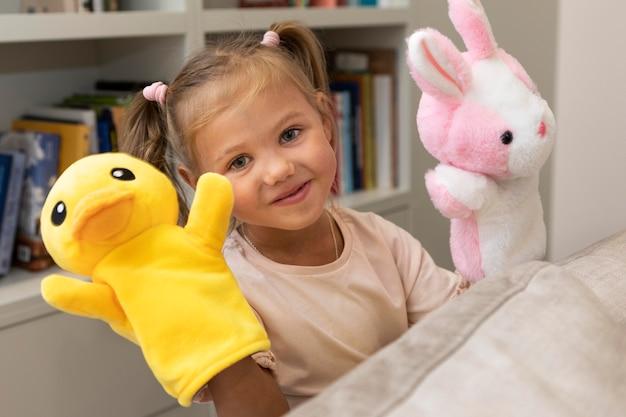 Klein meisje speelt thuis met haar poppen