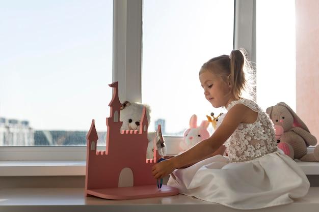 Klein meisje speelt thuis met poppen