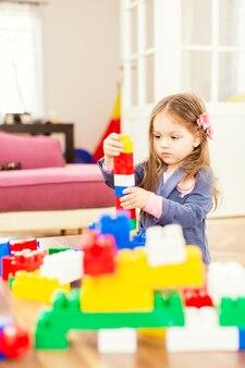 Klein meisje spelen in de kamer