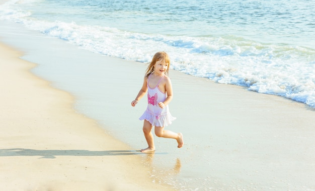 Klein meisje spelen in de oceaan