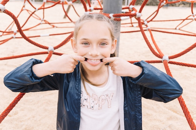 Klein meisje spelen in het park
