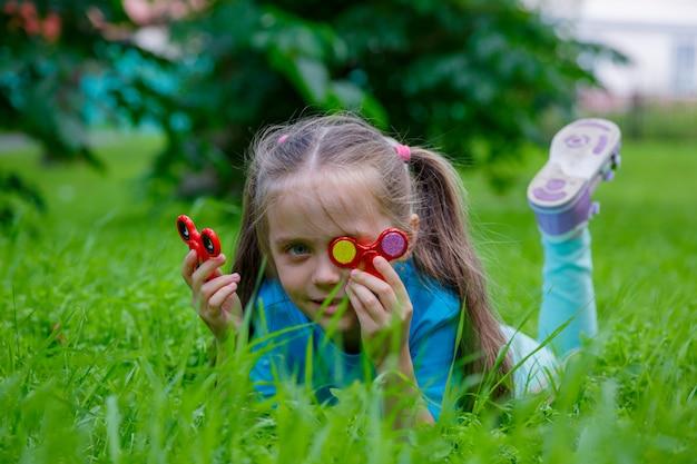 Klein meisje spelen in spinner