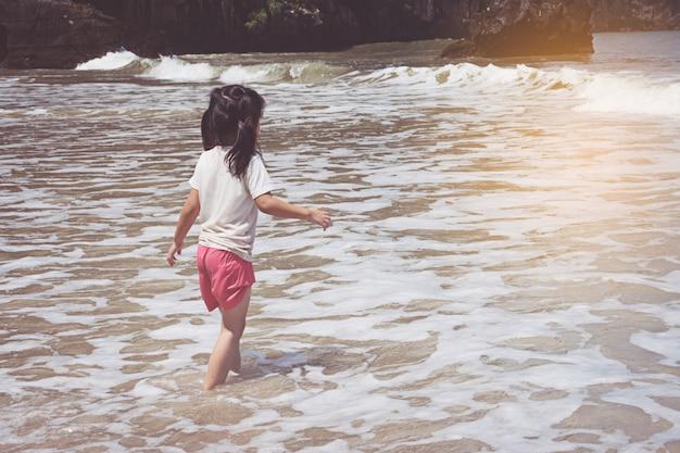 Klein meisje spelen op het strand