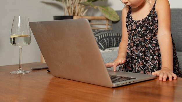 Klein meisje spelen op laptop. hoge kwaliteit foto