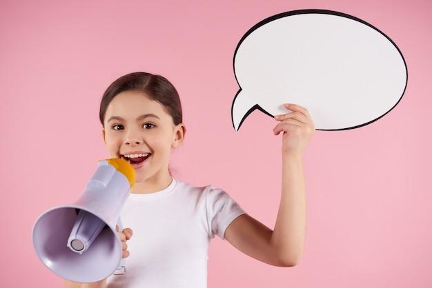 Klein meisje spreekt in megafoon bedrijf toespraak
