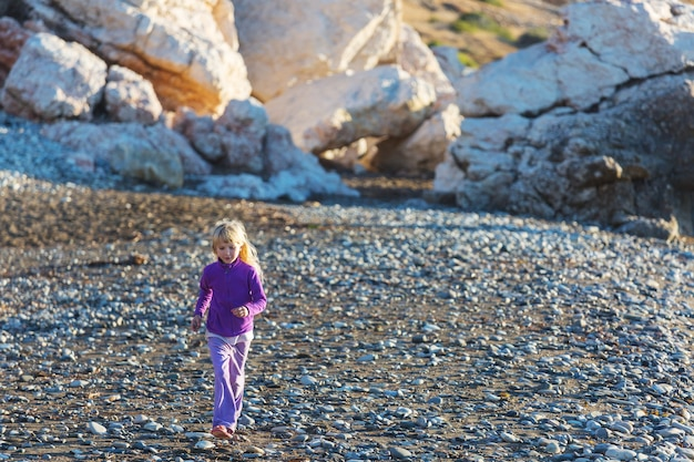 Klein meisje springen op zee