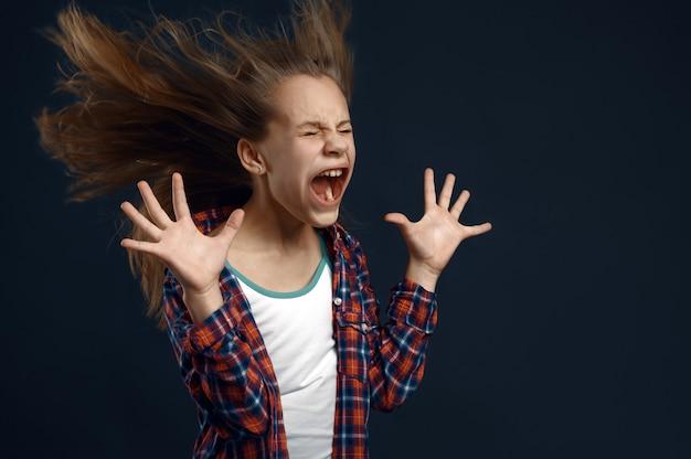 Klein meisje tegen krachtige luchtstroom, ontwikkelend kapseleffect