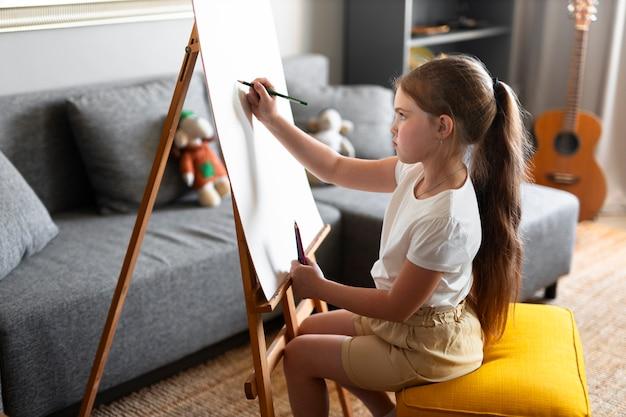 Klein meisje tekenen met ezel