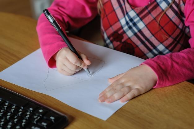 Klein meisje tekent een afbeelding