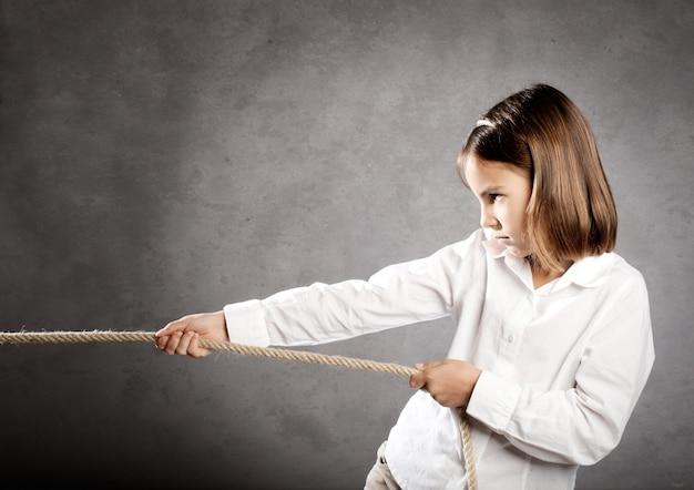 Klein meisje trekt een touw