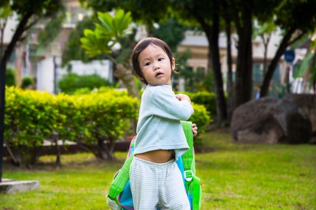Klein meisje verlaten van het huis naar zijn eerste dag van de kleuterschool