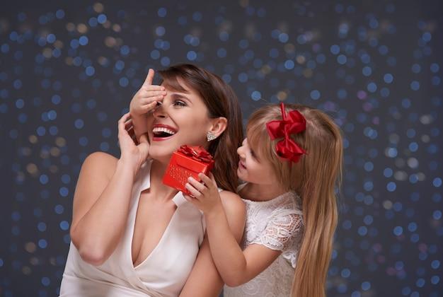 Klein meisje verrast haar moeder
