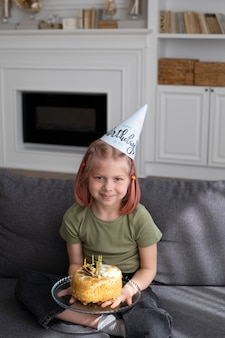 Klein meisje viert haar verjaardag thuis