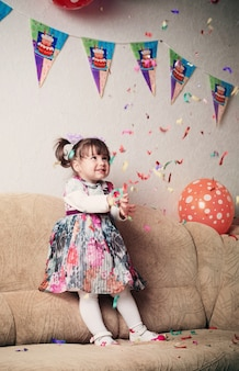 Klein meisje viert verjaardagspartij
