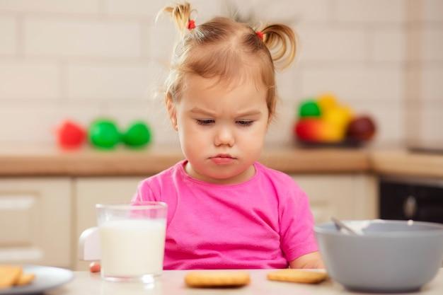 Klein meisje weigert te eten, verlies van eetlust