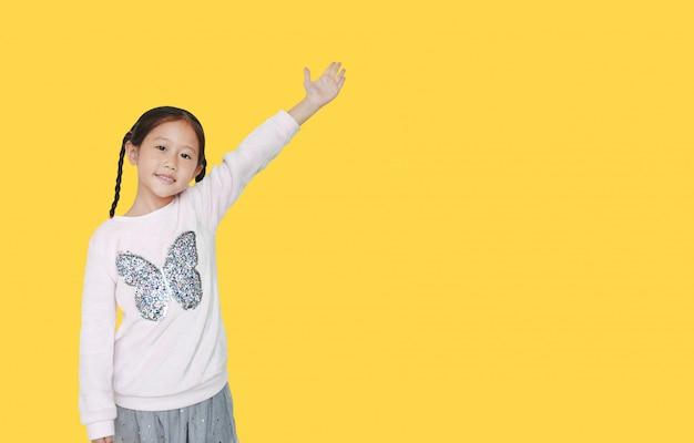 Klein meisje wijst hand iets presenteren