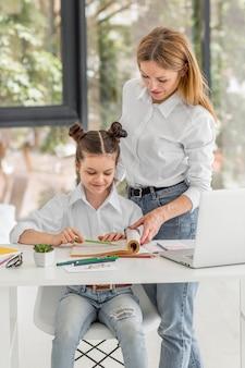 Klein meisje wordt thuis geschoold