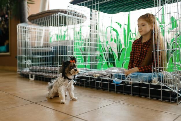 Klein meisje zit in grote kooi