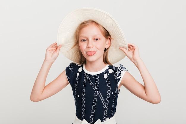Klein meisje zomer hoed te dragen