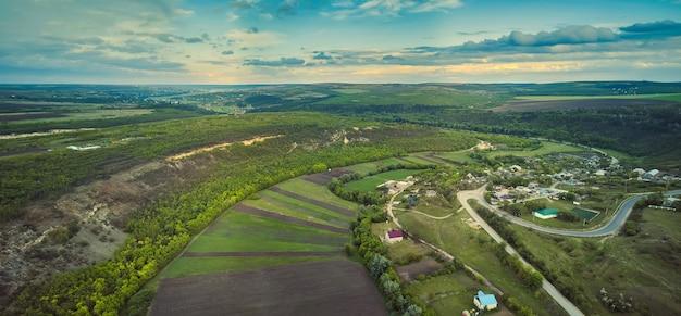 Klein moldavisch dorpje goeni in groene landen