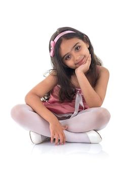 Klein mooi meisje in een roze jurk