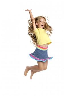 Klein mooi meisje vlieg springen omhoog geïsoleerd op witte studio achtergrond
