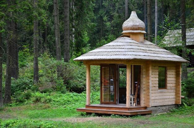 Klein natuurlijk huis, dat is gebouwd van hout.