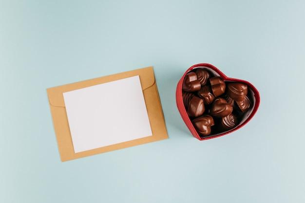 Klein papier met chocoladesnoepjes