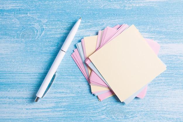Klein papiertje op tafel voor aantekeningen