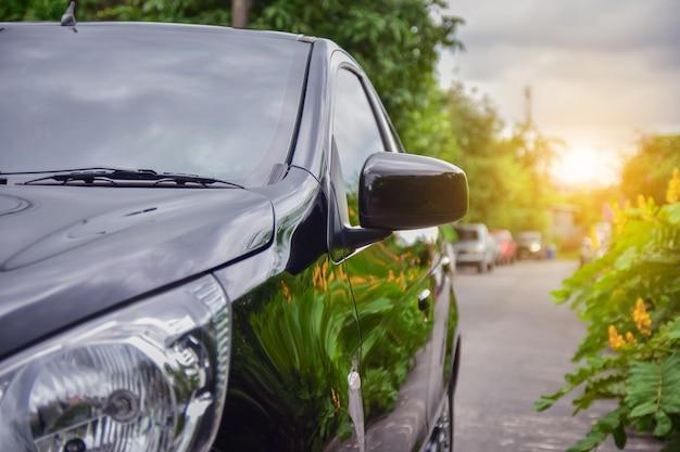Klein personenautozitje op de weg gebruikt voor dagelijkse uitstapjes
