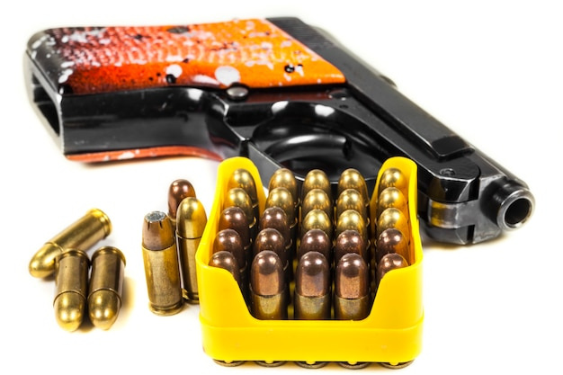 Klein pistool 6,35 mm. op witte achtergrond.