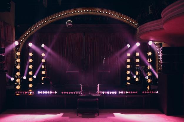 Klein podium met roze kleur lichtstraal in het donker