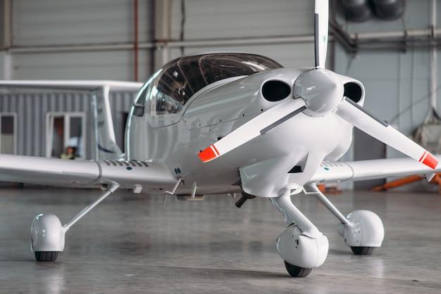 Klein privé-turbopropellervliegtuig in hangar