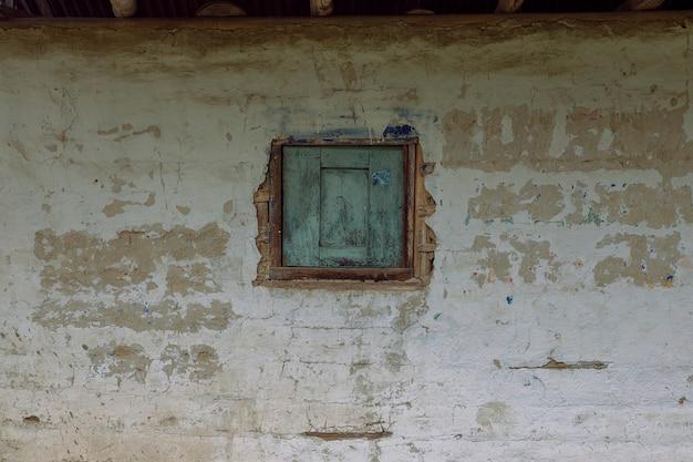 Klein raam in een boerenhuis