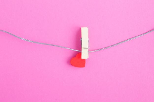Klein rood hart op houten wasknijper