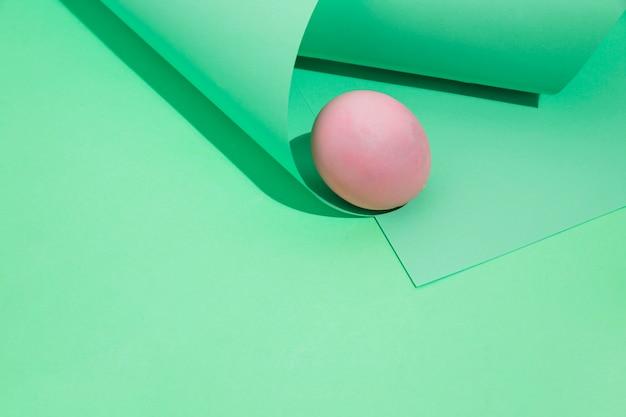 Klein roze paasei met opgerold papier