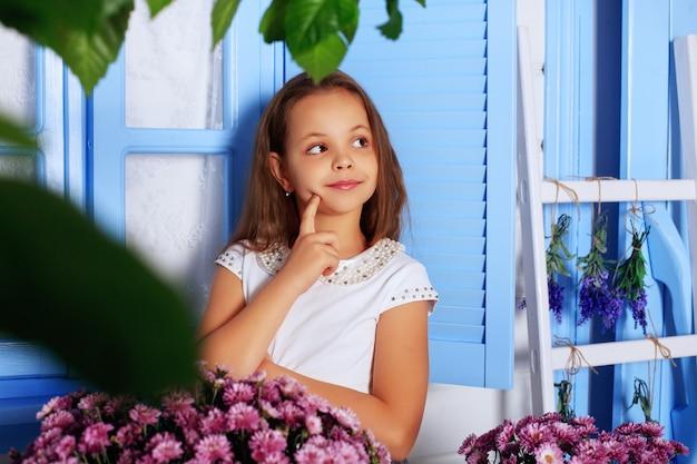 Klein schattig meisje dacht voor jeugd en levens