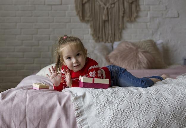 Klein schattig meisje in een rode kerst