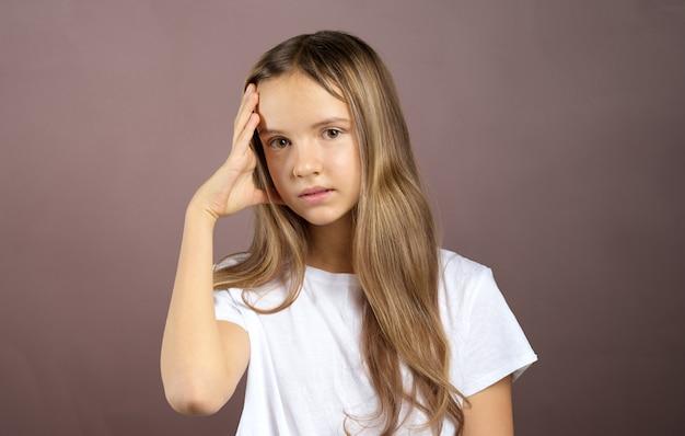 Klein schattig meisje is verveeld en moe na school