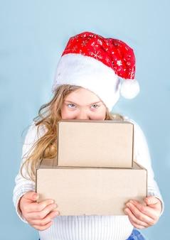 Klein schattig meisje kerstcadeaus te houden