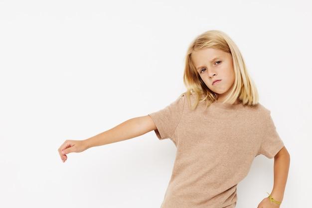 Klein schattig meisje lege ruimte voor logo-ontwerp geïsoleerde achtergrond