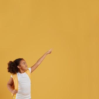Klein schoolmeisje dat benadrukt