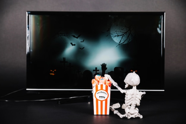 Klein skelet met popcorn en tv
