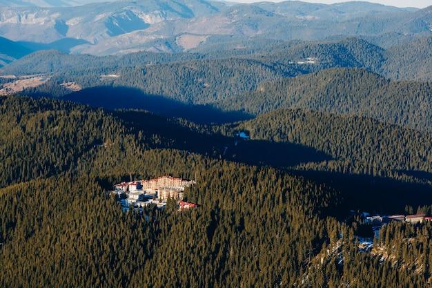 Klein skigebied afgelegen tussen bergen met bossen