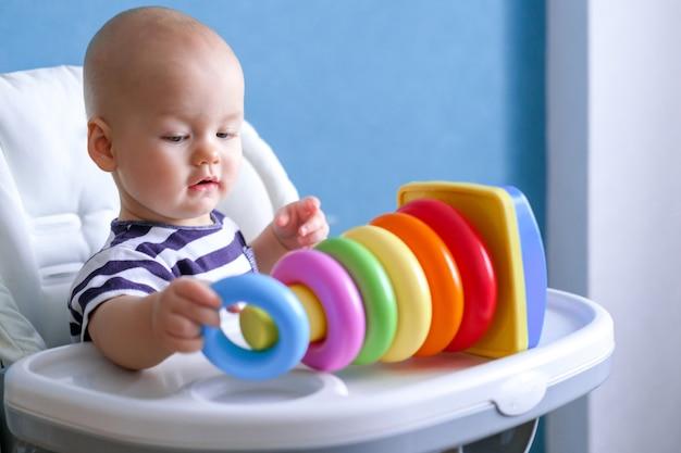 Klein slim kind spelen met kleurrijke plastic speelgoed