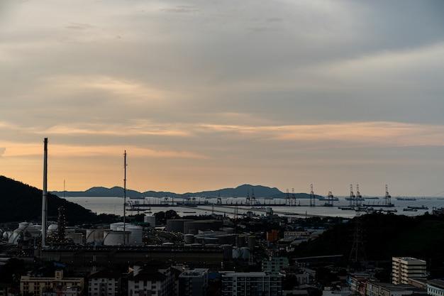 Klein stadssilhouet met de havenachtergrond bij zonsondergang