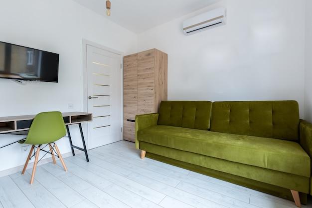 Klein stijlvol slim appartement met moderne renovatie in loftstijl