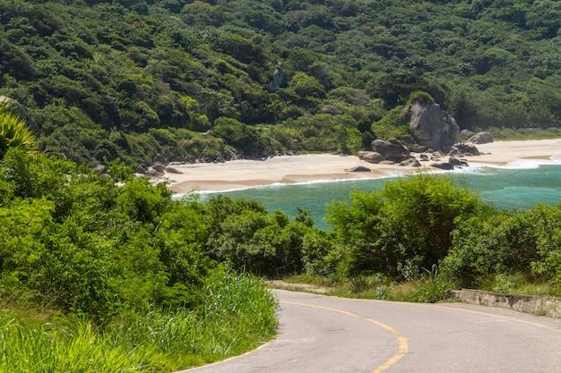 Klein strand aan de westkant van rio de janeiro, brazilië.