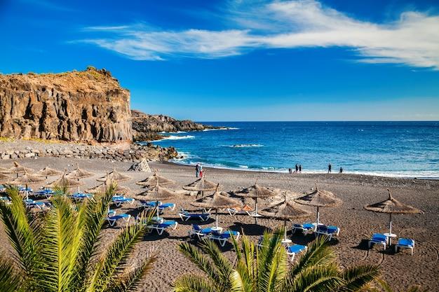 Klein strand in het dorp callao salvaje in tenerife, canarische eilanden, spanje