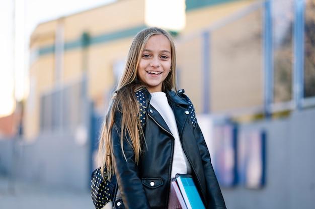 Klein studentenmeisje op weg naar school